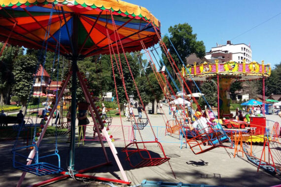 Дитячі атракціони в центрі Трускавця - karuseli-v-truskavtsi.jpg